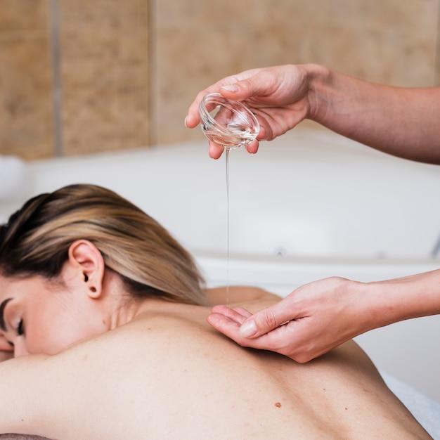 Menina close-up, recebendo uma massagem com óleos Foto gratuita