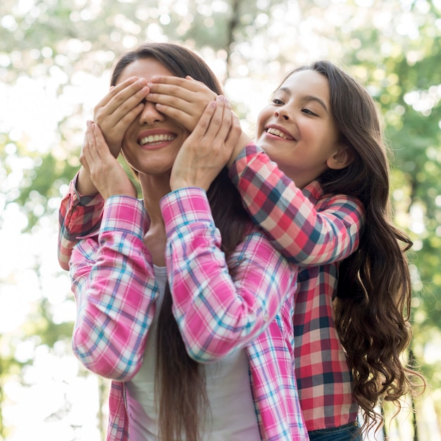 Menina, cobertura, dela, mãe, olhos, com, passe parque Foto gratuita