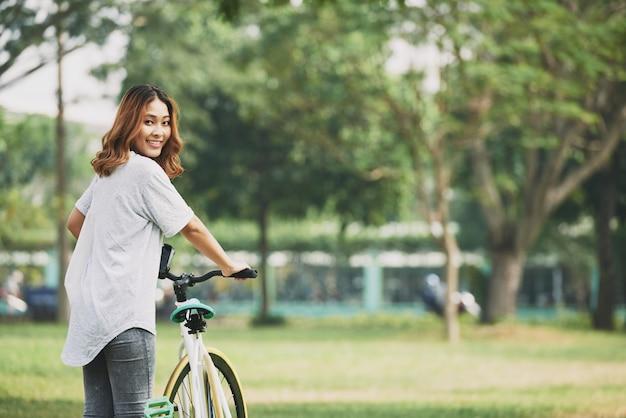 Menina com bicicleta Foto gratuita