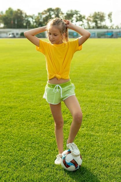 Menina, com, bola, e, amarela, t-shirt Foto gratuita