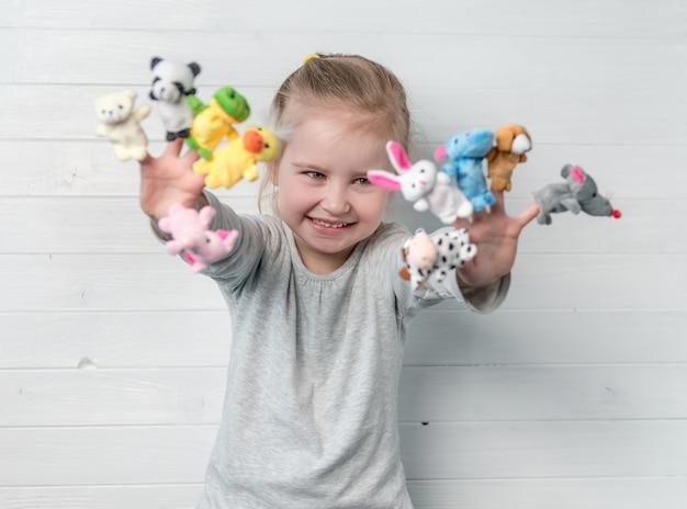 Menina com bonecos de boneca nas mãos dela Foto Premium