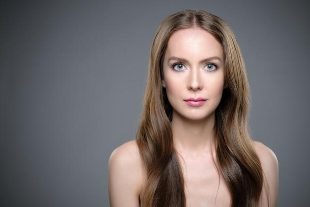 Menina com cabelo comprido e brilhante. mulher linda modelo com bom penteado Foto Premium