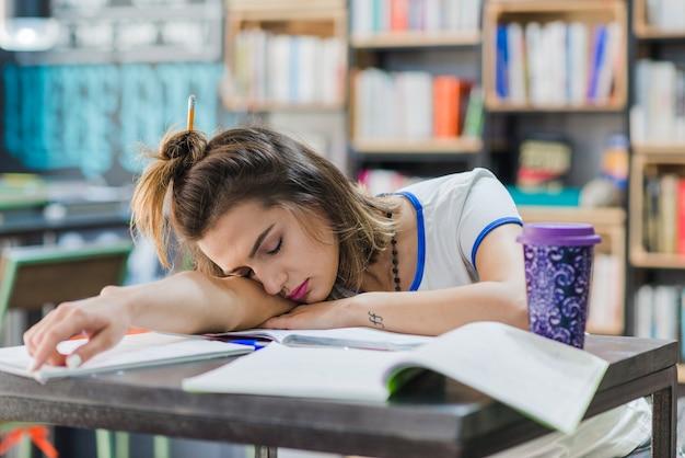 Menina com cabelos dorminhocos na mesa Foto gratuita