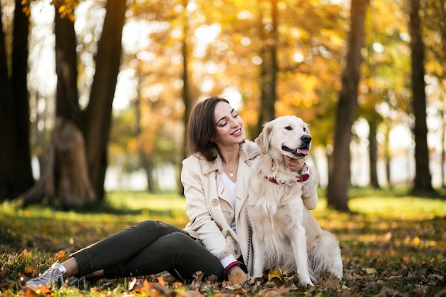 Menina com cachorro Foto gratuita