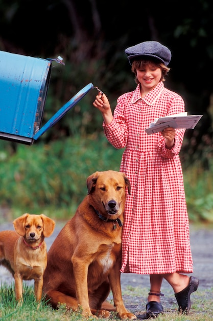 Menina, com, cachorros, recuperar, letras, de, caixa postal Foto Premium