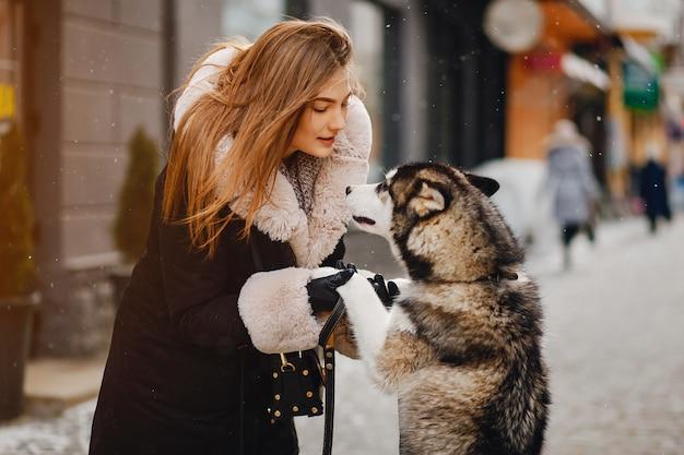 Menina, com, cão Foto gratuita