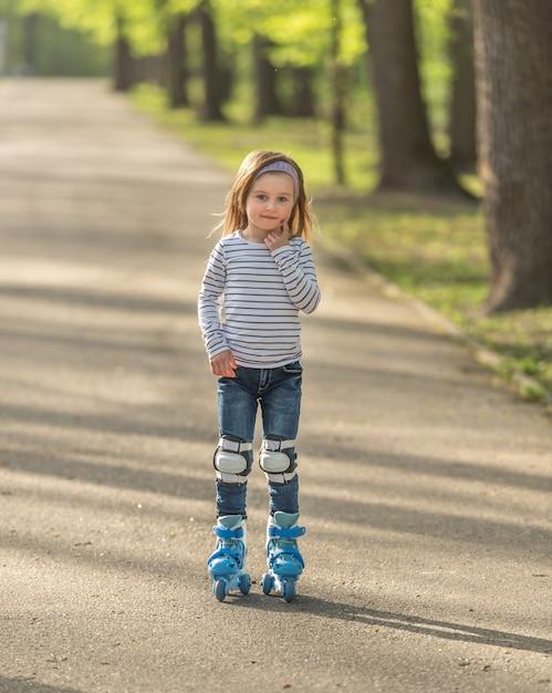 Menina com capacete e patins no beco Foto Premium