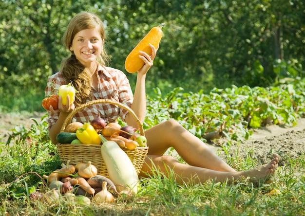 Menina com cesta de colheitas Foto gratuita