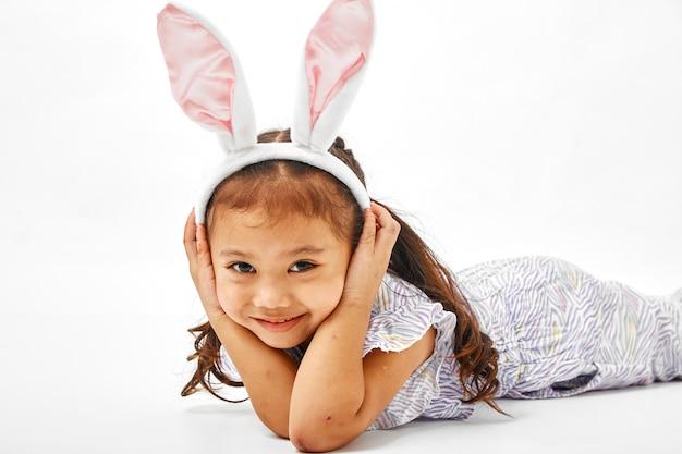 Menina com coelho de orelhas-de-rosa Foto Premium