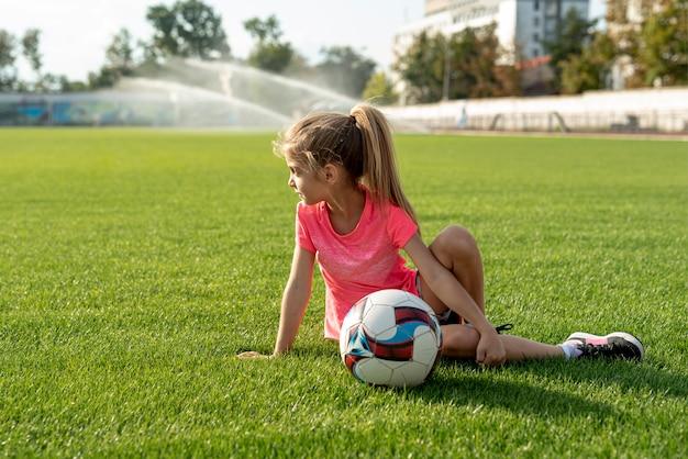 Menina, com, cor-de-rosa, t-shirt, e, bola Foto gratuita