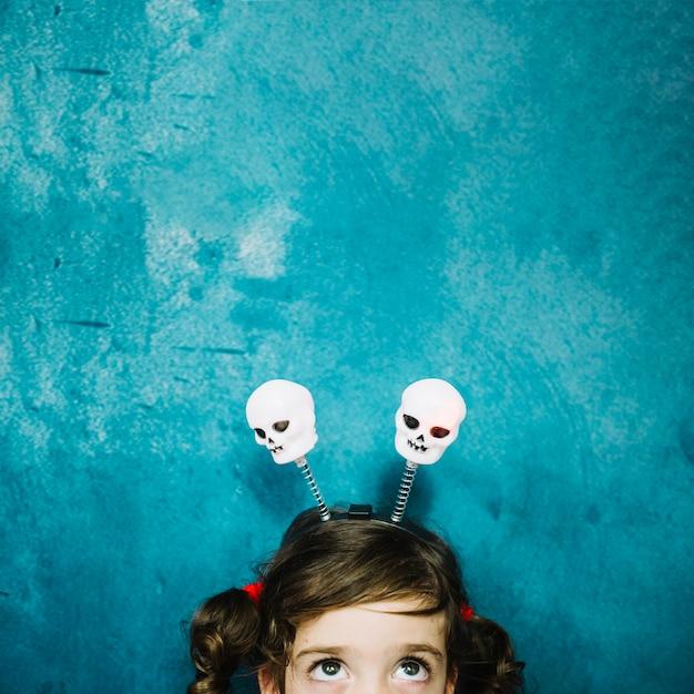 Menina com crânio em penteado Foto gratuita