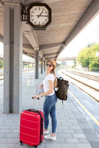 Menina, com, dela, bagagem, em, um, estação Foto gratuita
