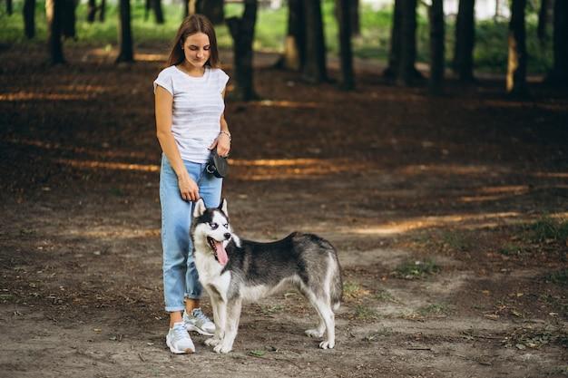 Menina, com, dela, cão, parque Foto gratuita