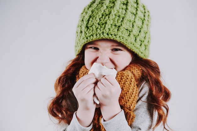 Menina, com, echarpe lenço, snot, com, guardanapo, estúdio, retrato Foto Premium