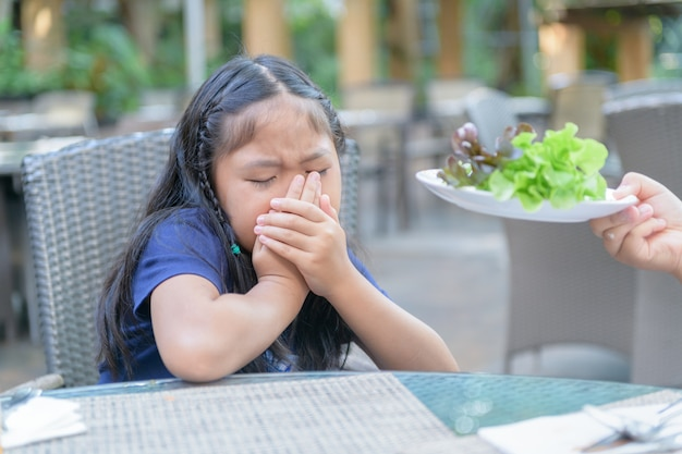 Menina, com, expressão, de, nojo, contra, legumes Foto Premium