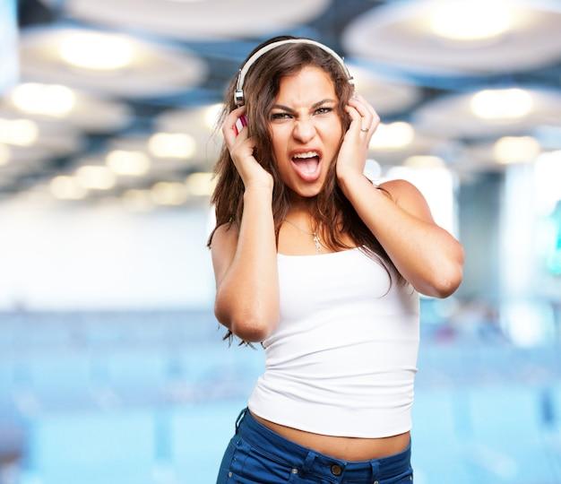 Menina com fones de ouvido cantar Foto gratuita