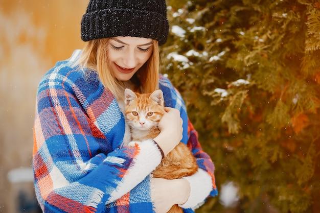 Menina com gato Foto gratuita