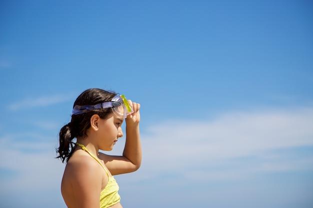 Menina com máscara de mergulho amarela Foto Premium