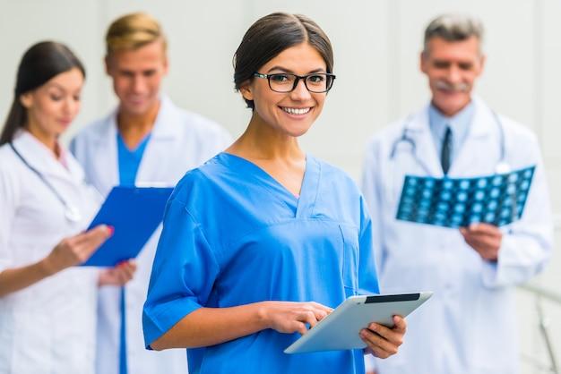 Menina com óculos, o médico fica na clínica. Foto Premium