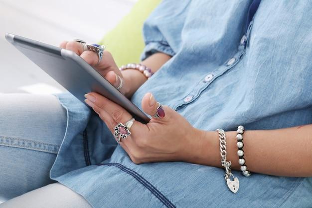 Menina com tablet Foto gratuita