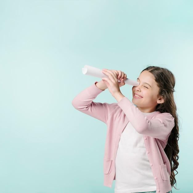 Menina, com, telescópio papel Foto gratuita