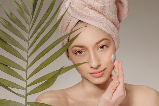 Menina, com, toalha, ligado, a, cabeça, com, folha Foto gratuita