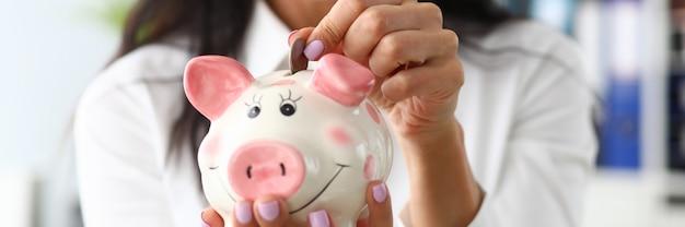 Menina com um piggybank Foto Premium