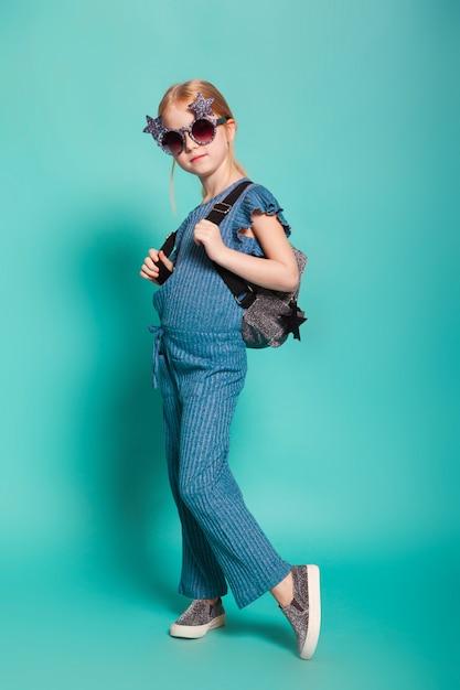 Menina com uma cauda em roupas elegantes e óculos de sol Foto Premium