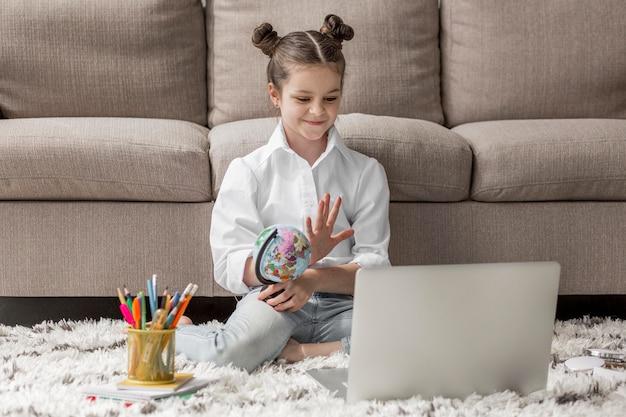 Menina começando uma aula on-line Foto Premium