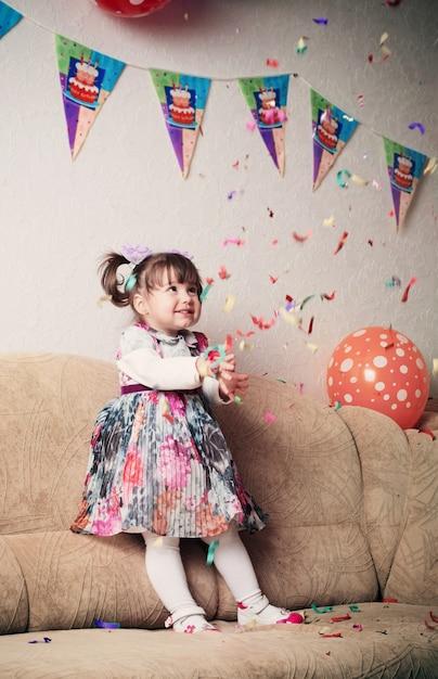 Menina comemorando a festa de aniversário Foto Premium