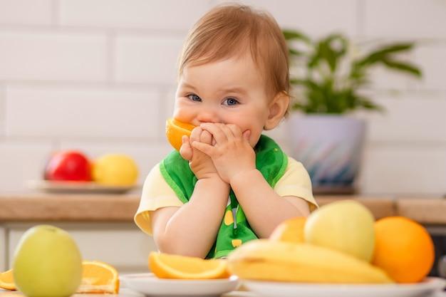 Menina comendo frutas na mesa Foto Premium