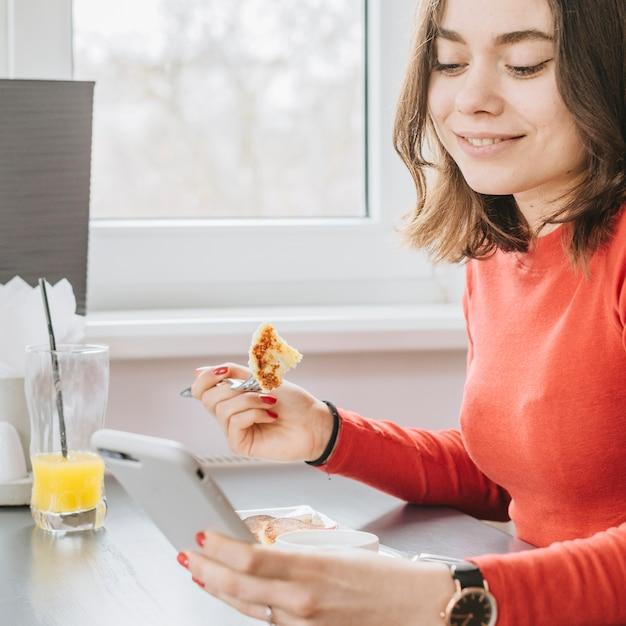 Menina, comer, em, um, restaurante Foto gratuita