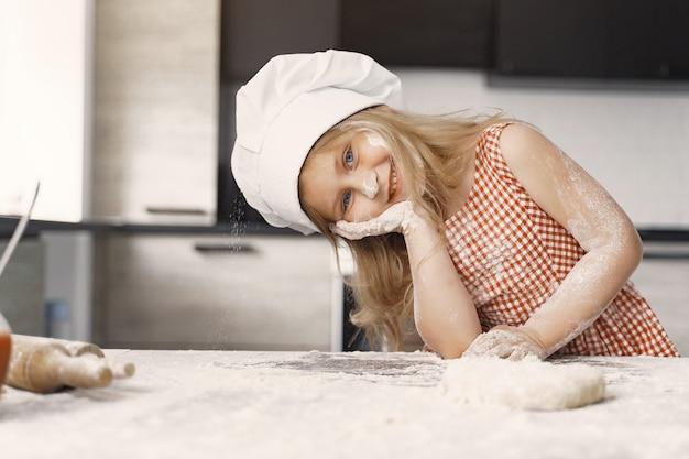 Menina cozinha a massa para biscoitos Foto gratuita