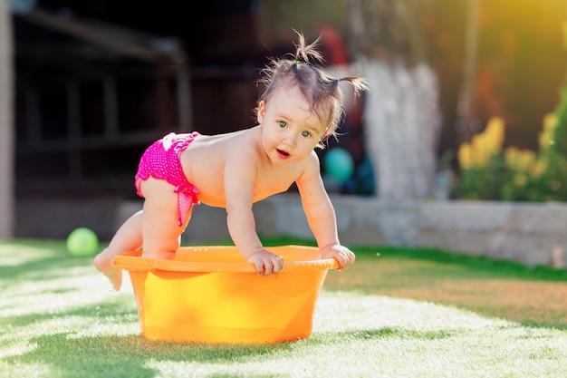 Menina criança brincando ao ar livre com os brinquedos Foto Premium
