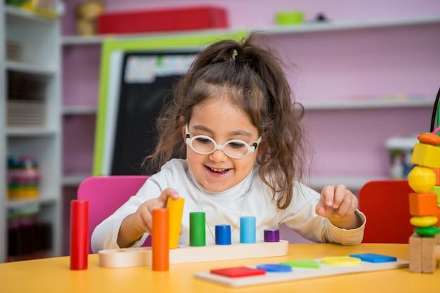 Menina criança joga em aulas educacionais Foto Premium