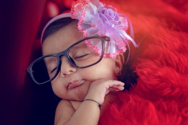 Menina cute indiano em espetáculos Foto Premium
