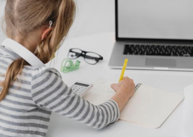 Menina da escola frequentando aulas online Foto gratuita