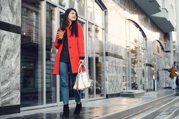 Menina da moda andando em uma cidade de verão Foto gratuita