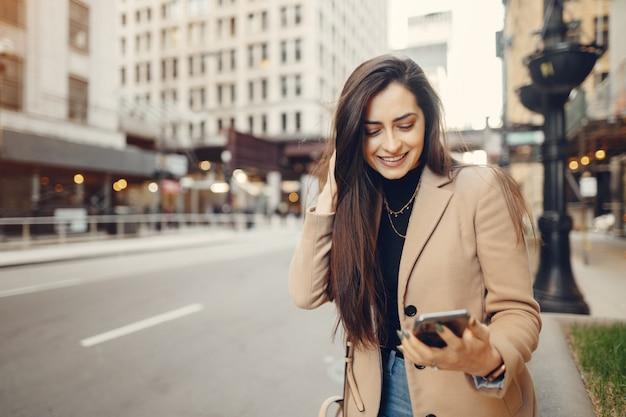 Menina da moda andando em uma cidade sping Foto gratuita