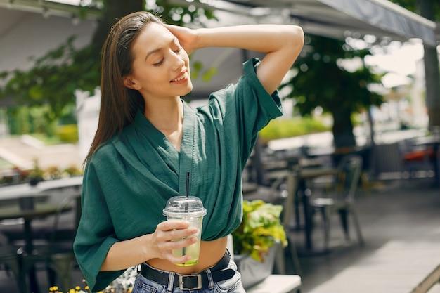 Menina da moda em pé em uma cidade de verão Foto gratuita