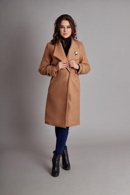 Menina da moda no casaco de primavera, outono desgaste tempo Foto Premium