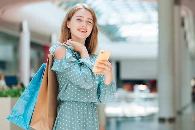 Menina da moda olhando para a câmera Foto gratuita