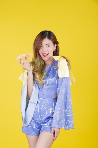 Menina da moda vestir-se com um gesto com a mão Foto gratuita