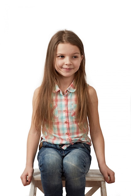Menina de cabelos escuros posando no estúdio em fundo branco Foto Premium