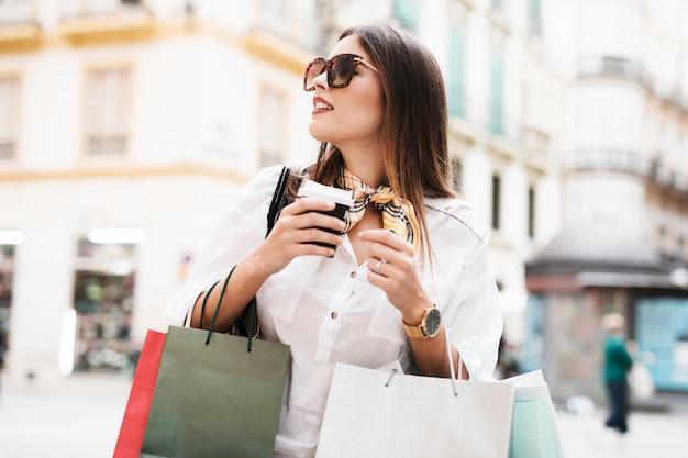 Menina de compras carregando sacolas Foto gratuita