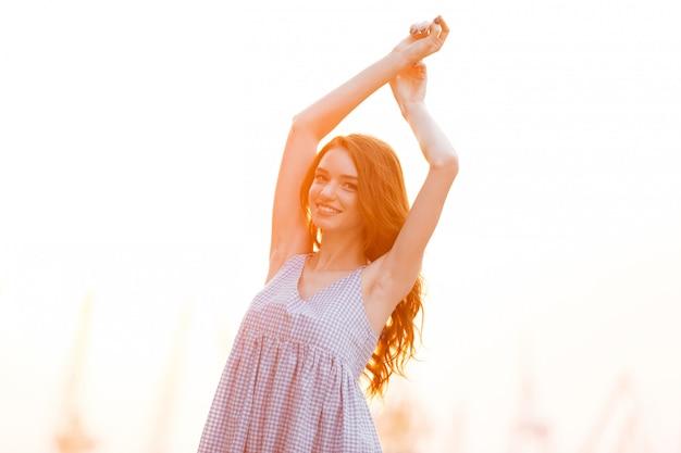 Menina de gengibre muito sorridente no vestido Foto gratuita