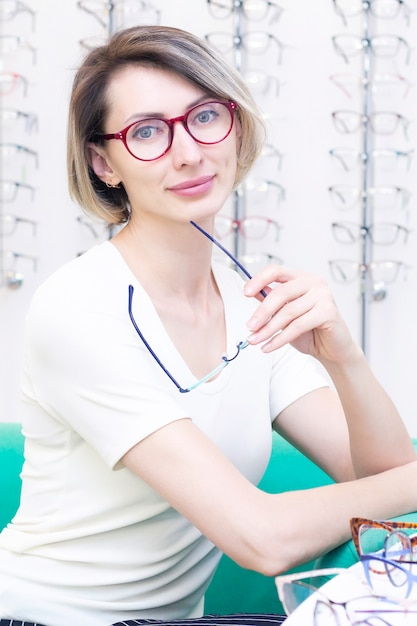 Menina de óculos para a visão Foto Premium