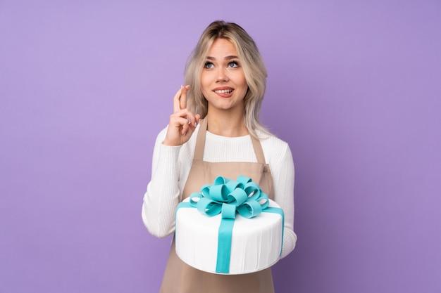 Menina de pastelaria sobre parede isolada Foto Premium