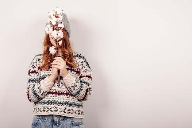 Menina de tiro médio com posando de flor Foto gratuita