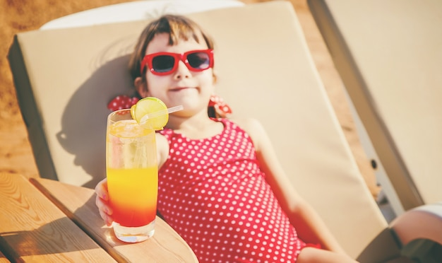 Menina, descansando no mar. foco seletivo. Foto Premium
